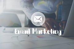 E-mail Marketing bericht op het werken in het bureau aan lijstachtergrond Stock Foto