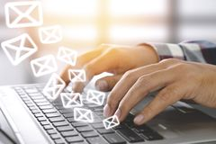 E-mail marketing concept Het verzenden van bulletin stock afbeeldingen