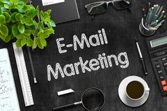 E-Mail-Marketing-Konzept auf schwarzer Tafel Wiedergabe 3d Lizenzfreies Stockbild
