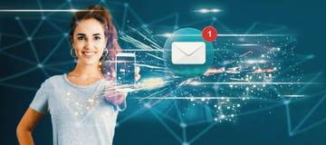 E-mail met jonge vrouw die een smartphone standhouden royalty-vrije stock afbeeldingen