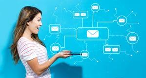 E-mail met jonge vrouw die tablet gebruiken Stock Afbeelding