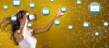 E-mail met vrouw die een virtuele werkelijkheidshoofdtelefoon met behulp van Royalty-vrije Stock Afbeelding