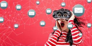 E-mail met vrouw die een virtuele werkelijkheidshoofdtelefoon met behulp van Royalty-vrije Stock Foto