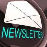E-Mail-Newsletter zeigt das Zeichen, das elektronisch weltweit gesendet wird Lizenzfreies Stockbild