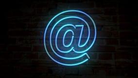E-mail no símbolo de néon na parede de tijolo ilustração stock