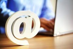 E-Mail @ am Symbol Stockbilder