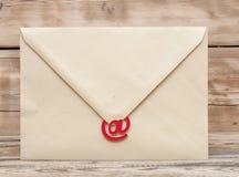 E-Mail-Symbol und leerer brauner Umschlag Lizenzfreies Stockfoto
