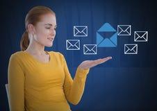 E-mailberichtapp pictogrammen en Onderneemster met de open en donkere achtergrond van de handenpalm Stock Afbeelding