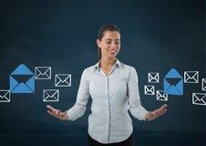 E-mailberichtapp pictogrammen en Onderneemster met de open en donkere achtergrond van de handenpalm Stock Fotografie