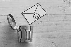 E-mailenvelop die in de bak gaan royalty-vrije stock afbeelding