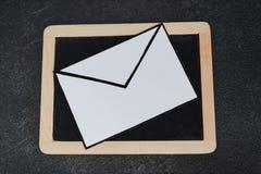 E-mailenvelop op bord op concreet bureau royalty-vrije stock foto