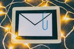E-mailenvelop op bord met paperclipsymbool van gehechtheid royalty-vrije stock afbeeldingen