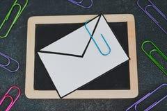 E-mailenvelop op bord met paperclipsymbool van gehechtheid royalty-vrije stock afbeelding