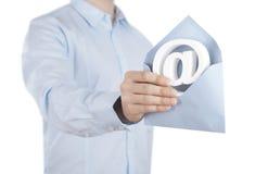 E-mailsymbool met in hand envelop Stock Afbeeldingen