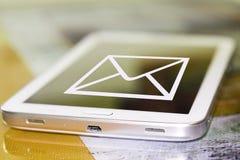 E-mailsymbool op het scherm van celtelefoon Stock Afbeelding
