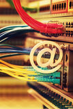 E-mailsymbool op Netwerkschakelaar en ethernet kabels Royalty-vrije Stock Afbeeldingen