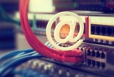 E-mailsymbool op Netwerkschakelaar en ethernet kabels Stock Fotografie