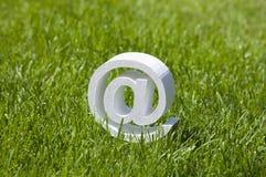 E-mailteken op groen gras Royalty-vrije Stock Afbeeldingen