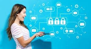 E-mailveiligheidsthema met jonge vrouw die tablet gebruiken Stock Foto's