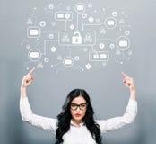 E-mailvirus en zwendelthema met het bedrijfsvrouw naar omhoog richten Stock Foto
