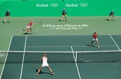 e Makarova de Rusia, T Bacsinszky y M Hingis de Suiza (en rojo) durante los dobles de las mujeres finales Fotografía de archivo libre de regalías