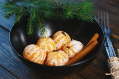 E Mandarini degli agrumi in piatto fotografia stock libera da diritti