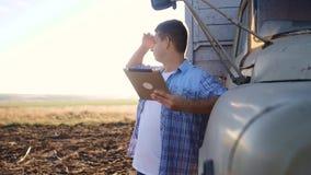 E Mannlandwirtfahrer steht mit einer digitalen Tablette nahe dem LKW Zeitlupevideo Porträt stock footage