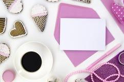E Maquette biscuits de coeur, café et espace vide d'enveloppe vide r Photos libres de droits