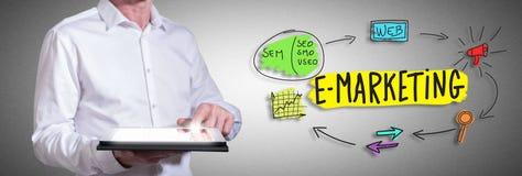 E-Marketing-Konzept mit dem Mann, der eine Tablette verwendet Stockfotos