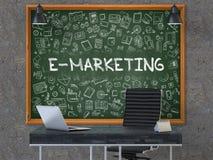 E-marketing sur le tableau avec des icônes de griffonnage 3d Photographie stock libre de droits