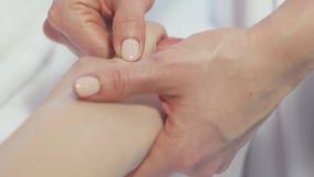 E Masseuse делает массаж целлюлита молодой сток-видео