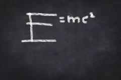 E=mc2 τύπος στον πίνακα κιμωλίας Στοκ Εικόνες