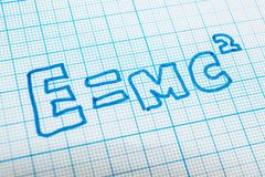 E = mc2 im Notizbuch in der Zelle lizenzfreie abbildung