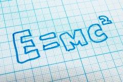 E = mc2 no caderno na pilha ilustração royalty free