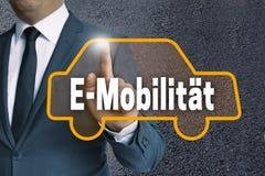 E-Mobilitaet w niemieckim ruchliwość ekranie sensorowym pokazuje busi obrazy royalty free