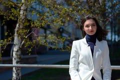 E Modern stedelijk vrouwenportret Manier bedrijfsstijlkleren royalty-vrije stock fotografie