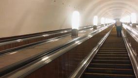 E Mover-se eletrônico do sistema da escada rolante moderna Escada rolante no metro subterrâneo vídeos de arquivo
