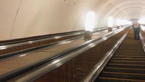 E Mover-se eletrônico do sistema da escada rolante moderna Escada rolante no metro subterrâneo filme