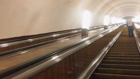 E Mover-se eletrônico do sistema da escada rolante moderna Escada rolante no metro subterrâneo video estoque