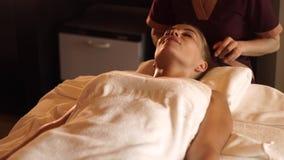 E Mujer ascendente cercana del retrato que recibe masaje de la cabeza y del pelo almacen de metraje de vídeo