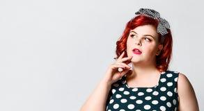 E Mulher gorda retro bonita no vestido do ?s bolinhas com bordos vermelhos e corte de cabelo antiquado foto de stock royalty free