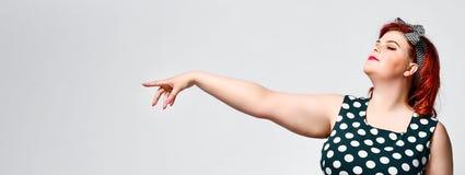 E Mulher gorda retro bonita no vestido do ?s bolinhas com bordos vermelhos e corte de cabelo antiquado imagem de stock royalty free