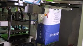 E närbilden den speciala automaten fyller papppåsar stock video