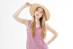E n?tt flickahatt Kvinnlig modell i stilfull sommardr?kt vaniljf?rg H?rlig Lady arkivfoto