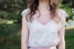 E A noiva em um vestido de casamento Foto de Stock