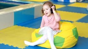 E nuove tecnologie digitali nelle mani di un bambino Ritratto del bambino con lo smartphone archivi video
