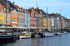 E Nyhavn码头看法有五颜六色的大厦和船的 免版税库存图片