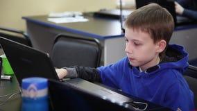 E o Bildung von Kindern und von Jugendlichen stock video