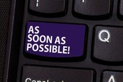 E O conceito do negócio para imediatamente urgente toma a ação apressa rapidamente acima a chave de teclado fotografia de stock