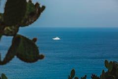 E Odgórny widok jachty r widok z lotu ptaka zdjęcie royalty free